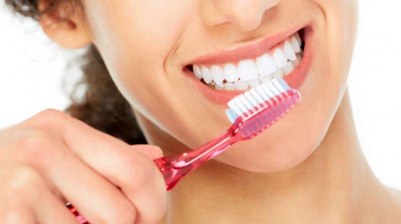 Vệ sinh răng sứ sau khi bọc răng hô đơn giản