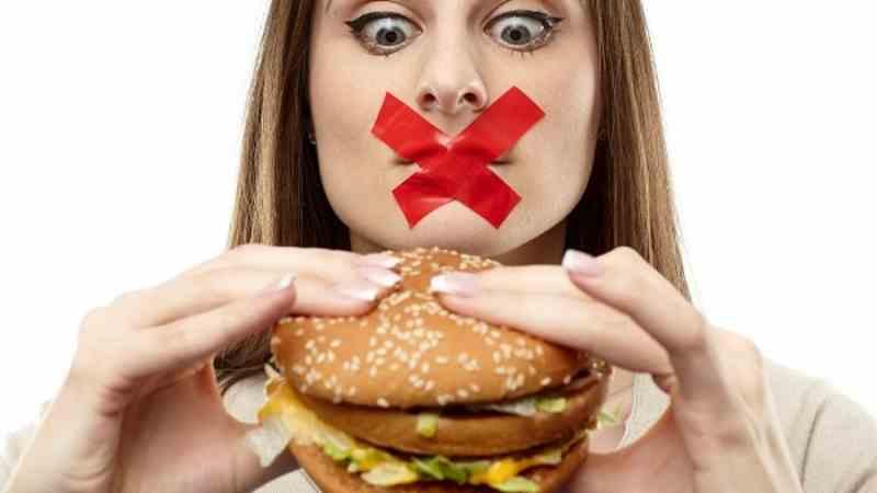 Sau khi bọc răng sứ người bệnh không nên ăn các thức ăn cứng, khó nhai nuốt.
