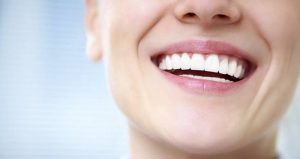 Bọc sứ răng cửa có ảnh hưởng gì không?