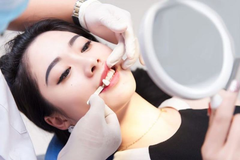 Bọc răng sứ cho răng khểnh tiềm ẩn nhiều nguy cơ gây viêm lợi.
