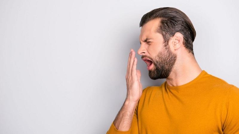 Bạn nên đến bệnh viện để được kiểm tra tình trạng hơi thở có mùi