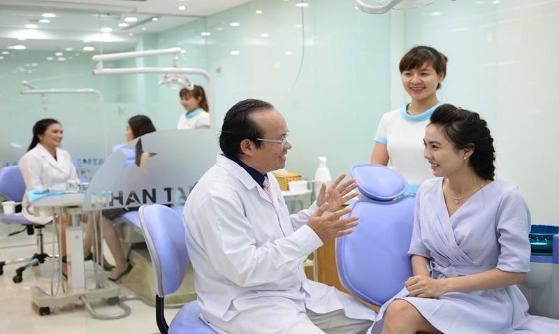 Bệnh nhân được khám tổng quát, chụp phim X-quang và lên kế hoạch điều trị cụ thể