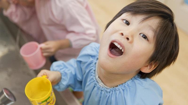 Hướng dẫn trẻ súc miệng nước muối mỗi ngày để hạn chế sún răng