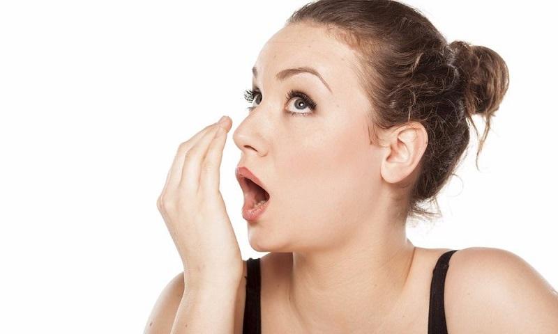 Mảng bám thức ăn bị phân hủy là nguyên nhân chính gây nên chứng hôi miệng sau khi bọc răng sứ