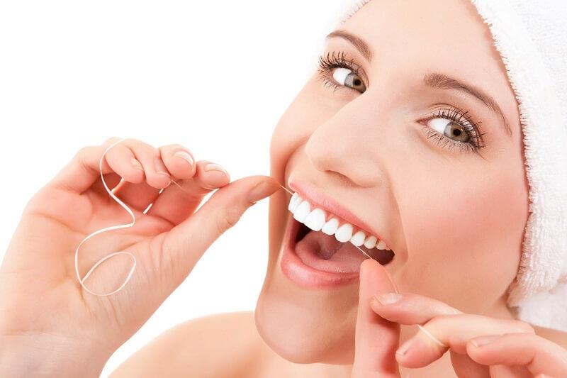 Vệ sinh răng sứ đúng cách giúp kéo dài hạn sử dụng của răng sứ